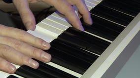 I giochi del musicista su un piano digitale Mani del sintetizzatore del pianista A o del piano elettronico archivi video