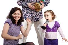 I giochi del padre su djembe, figlia canta Immagine Stock