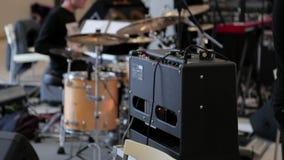 I giochi dell'uomo sul tamburo hanno messo al concerto stock footage
