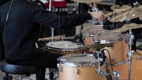 I giochi dell'uomo sull'insieme del tamburo video d archivio