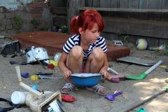 I giochi della bambina sulla sabbia Fotografia Stock