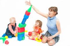 I giochi della donna con due ragazze Immagine Stock