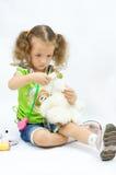I giochi della ragazza con gli strumenti del giocattolo Immagini Stock Libere da Diritti