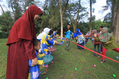 I giochi smerigliatrice la cooperazione dei bambini e dei genitori Fotografia Stock