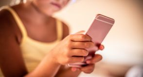 I giochi sul telefono oggi occupano il loro tempo fotografia stock