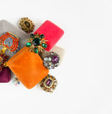 I gioielli della donna Fondo d'annata dei gioielli Bei fibule del cristallo di rocca e contenitori di gioielli luminosi su fondo  Fotografia Stock
