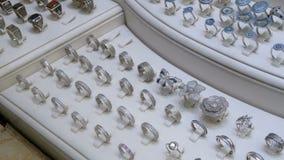 I gioielli hanno fatto di argento sulla finestra del negozio archivi video