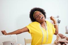 I giovani adattano il dancing della donna con il manichino nell'adattamento dell'officina immagine stock