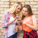 I giovani adolescenti felici dei pantaloni a vita bassa che si divertono di estate parcheggiano Fotografie Stock Libere da Diritti