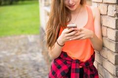 I giovani adolescenti felici dei pantaloni a vita bassa che si divertono di estate parcheggiano Fotografia Stock Libera da Diritti