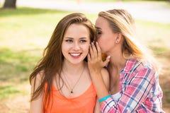 I giovani adolescenti felici dei pantaloni a vita bassa che si divertono di estate parcheggiano Fotografia Stock