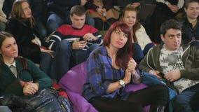 I giovani applaudono sulla manifestazione comica archivi video