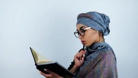 I giovani bei occhiali d'uso arabi della donna di affari hanno trovato le informazioni necessarie in taccuino che tocca il suo fr archivi video