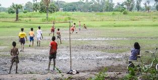 I giovani birmani stanno giocando a calcio su riso archivato in Inwa, Myanmar (Birmania) Immagine Stock