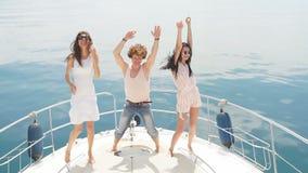 I giovani caucasici felici che ballano in barca fanno festa video d archivio