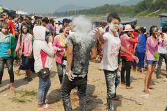 I giovani celebrano il nuovo anno laotiano alla banca del Mekong in Luang Prabang, Laos Fotografia Stock
