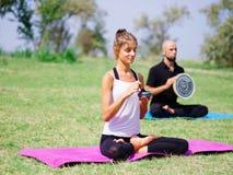 I giovani che meditano nell'yoga classificano di estate in natura Immagine Stock Libera da Diritti
