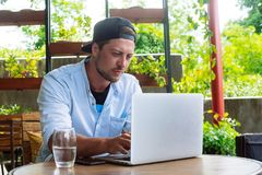 I giovani cominciano su Uomo bello di affari che lavora al computer portatile Immagine Stock Libera da Diritti