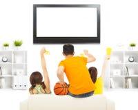 I giovani così hanno eccitato all'urlo e mentre guardavano alla TV Immagine Stock