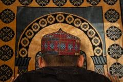 I giovani dei musulmani pregano per Dio nel Ramadan con speranza ed il perdono, Islam ? una credenza per la preghiera di cinque g fotografia stock