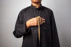 I giovani dei musulmani pregano per Dio nel Ramadan con speranza ed il perdono, Islam ? una credenza per la preghiera di cinque g fotografie stock