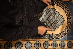 I giovani dei musulmani pregano per Dio nel Ramadan con speranza ed il perdono, Islam ? una credenza per la preghiera di cinque g immagini stock libere da diritti