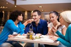 I giovani del pranzo del self-service mangiano al caffè Fotografia Stock Libera da Diritti