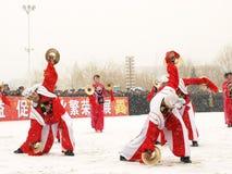 I giovani effettuano Yangge nella neve Immagine Stock