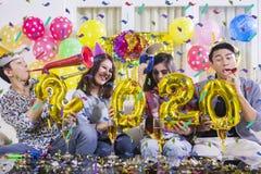 I giovani felici celebrano un nuovo anno di 2020 fotografia stock