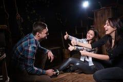 I giovani felici si rallegrano che hanno risolto un'enigma e  fotografie stock libere da diritti