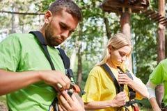 I giovani fissano il loro cablaggio fotografie stock