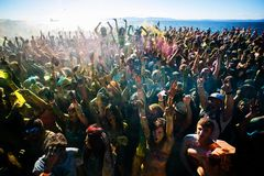 I giovani, gente decorata partecipano al festival di Holi dei colori in Vladivostok fotografie stock libere da diritti