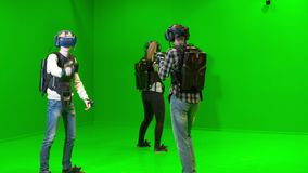 I giovani giocano in gruppo nella realtà virtuale su un fondo verde stock footage