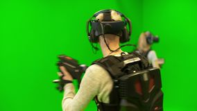 I giovani giocano in gruppo nella realtà virtuale su un fondo verde archivi video
