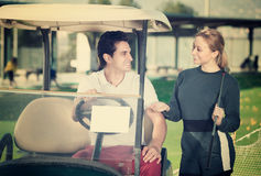 I giovani giocatori di golf stanno godendo del gioco Immagine Stock