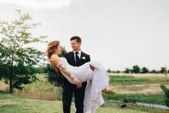 I giovani governano il trasporto della sua moglie bella fotografia stock libera da diritti