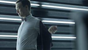 I giovani governano in maglia d'uso della camicia bianca nel giorno delle nozze all'interno stock footage