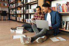 I giovani hanno concentrato due studenti africani degli uomini Immagini Stock