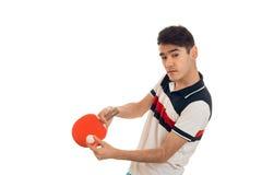 I giovani hanno concentrato il ping-pong di pratica dello sportivo isolati su fondo bianco Immagini Stock