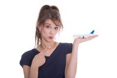 I giovani hanno isolato la donna che tiene un aereo in sue mani. Raggiro di viaggio Fotografia Stock