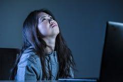 I giovani hanno preoccupato la ragazza coreana asiatica dello studente che sembra studio diminuito e disperato con il computer po Fotografia Stock