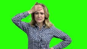 I giovani hanno sollecitato la donna sullo schermo verde video d archivio