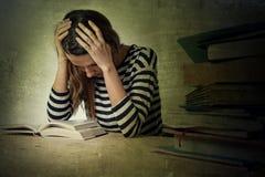 I giovani hanno sollecitato la ragazza dello studente che studia e che prepara l'esame della prova di MBA Fotografie Stock