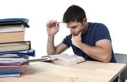 I giovani hanno sollecitato lo studente che studia sulla biblioteca per esame in Fe di sforzo Immagine Stock Libera da Diritti