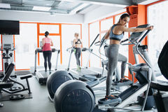 I giovani misura la donna graziosa che fa gli esercizi sulla pista Immagine Stock Libera da Diritti