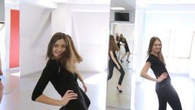 I giovani modelli risolvono i movimenti tecnici nell'aula di ballo video d archivio