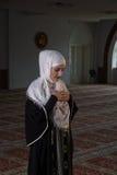 I giovani musulmani pregano in moschea Fotografia Stock