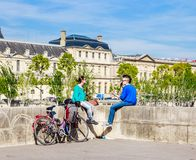I giovani riposano sul recinto di Pont du Carrousel parigi Immagine Stock Libera da Diritti