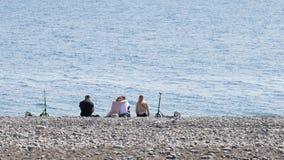 I giovani riposano sulla spiaggia in Soci Fotografie Stock Libere da Diritti