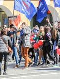 I giovani sono in una colonna festiva Immagine Stock